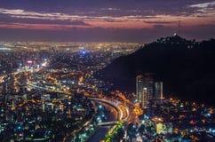 Noc widok Santiago de Chile w kierunku wschodniej części miasto, pokazywać Mapocho rzekę Condes distric i Providencia Las i obrazy stock