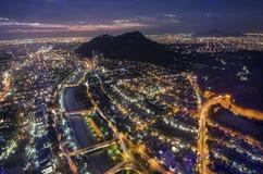 Noc widok Santiago de Chile w kierunku wschodniej części miasto, pokazywać Mapocho rzekę Condes distric i Providencia Las i obraz royalty free