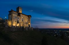 Noc widok Savorgnan's kasztel w Artegna zdjęcia stock
