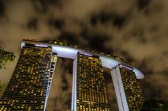 Noc widok spektakularny hotel w Singapur Marina zatoki piaskach zdjęcie royalty free
