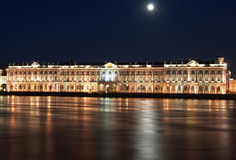 Noc widok St. Petersburg. Zima pałac od Neva rzeki Obrazy Royalty Free
