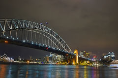 Noc widok Sydney schronienia opera w tle & most Zdjęcia Stock