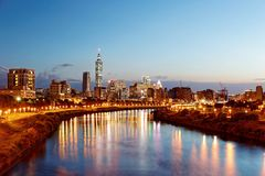 Noc widok Taipei miasto brzeg rzeki z drapaczami chmur i pięknymi odbiciami na gładkiej wodzie Obrazy Stock