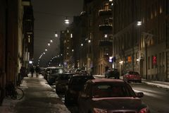 Noc widok ulica w Sztokholm na parkującym samochodzie zdjęcia stock