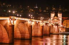 Noc widok z iluminacją stary most, śródmieście i kasztel, obrazy stock