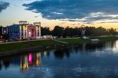 Noc widok ` Zvezda ` społeczeństwa i kina miasta park na Volga rzeki bulwarze Tver, Rosja zdjęcia stock
