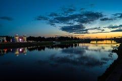Noc widok ` Zvezda ` społeczeństwa i kina miasta park na Volga rzeki bulwarze Tver, Rosja obraz stock