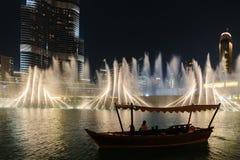 Noc widoku fontann Dancingowy śródmieście w spowodowany przez człowieka jeziorze i wewnątrz Zdjęcie Royalty Free
