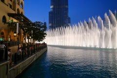 Noc widoku fontann Dancingowy śródmieście w spowodowany przez człowieka jeziorze i wewnątrz Fotografia Stock