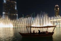 Noc widoku fontann Dancingowy śródmieście w spowodowany przez człowieka jeziorze i wewnątrz Zdjęcie Stock