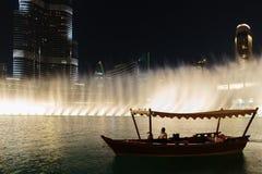 Noc widoku fontann Dancingowy śródmieście w spowodowany przez człowieka jeziorze i wewnątrz Zdjęcia Royalty Free