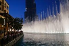 Noc widoku fontann Dancingowy śródmieście w spowodowany przez człowieka jeziorze i wewnątrz Obraz Stock