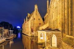 Noc widoku szpital St John, Bruges, Belgia zdjęcie royalty free