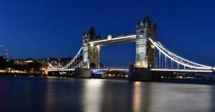 Noc Z wierza mostem Londyn zdjęcia stock