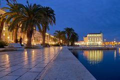Noc zaświeca na nabrzeżnym przejściu Rozszczepiony Chorwacja obraz royalty free