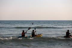 NOCAUTE CHANG, TAILÂNDIA - 9 DE ABRIL DE 2018: Homens que sweaming em um barco do caiaque - praia tropical bonita dos povos do pa foto de stock