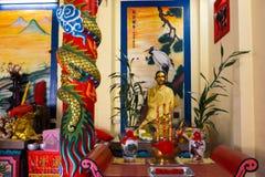 NOCAUTE CHANG, TAILÂNDIA - 10 DE ABRIL DE 2018: Templo chinês do buddist na área norte da ilha - hieróglifos e testes padrões fotografia de stock