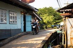 NOCAUTE CHANG, TAILÂNDIA - 10 DE ABRIL DE 2018: A vila dos pescadores tradicionais autênticos na ilha - povos e crianças dentro imagens de stock royalty free