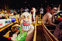 NOCAUTE SAMUI, TAILÂNDIA - 13 DE ABRIL: Homem não identificado em uma máscara terrível em um festival da luta da água ou no festi Foto de Stock