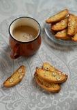 Nocciola di Cantucci e una tazza di caffè Fotografia Stock