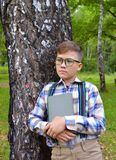 Nocciola matta della nocciola nelle mani del ragazzo nel legno ragazzo, natura, giardino, bambino, giovane, verde, all'aperto, es Fotografie Stock Libere da Diritti