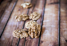 Noccioli della noce sulla vecchia tavola di legno rustica Fotografia Stock