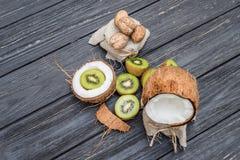 Noce di cocco con il kiwi e le noci Immagini Stock Libere da Diritti