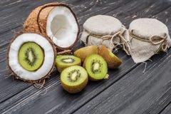 Noce di cocco con latte ed il kiwi Fotografia Stock Libera da Diritti