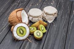Noce di cocco con latte ed il kiwi Immagine Stock