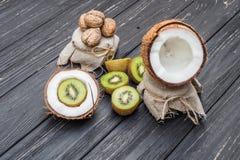 Noce di cocco con latte, la noce ed il kiwi Fotografia Stock Libera da Diritti