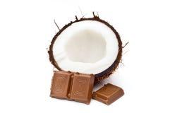 Noce di cocco divisa in due con cioccolato Immagini Stock Libere da Diritti
