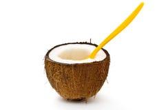 Noce di cocco divisa in due con il cucchiaio arancione Immagine Stock Libera da Diritti