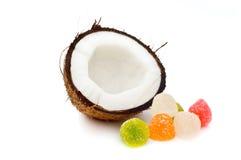 Noce di cocco divisa in due con le caramelle della gelatina Immagini Stock Libere da Diritti