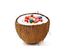 Noce di cocco divisa in due con variopinto Fotografie Stock