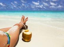 Noce di cocco e gambe verdi di una ragazza Fotografia Stock Libera da Diritti