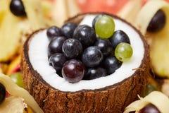Noce di cocco ed uva immagine stock