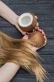 Noce di cocco, mani e capelli Fotografie Stock
