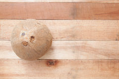 Noce di cocco su legno Fotografia Stock Libera da Diritti