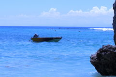 Noch Boot im Ozean Lizenzfreies Stockbild
