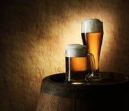 Noch Leben des Bieres und des Fasses auf einem alten Stein Lizenzfreies Stockbild