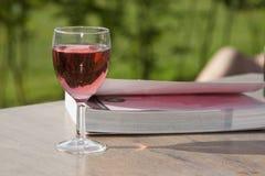 Noch Leben des Weins und des Buches Stockbild