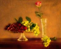 Noch Leben, Frucht und Rosafarbenes, Weinlese. Stockbilder