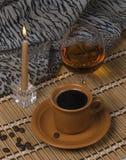 Noch Leben. Kaffee, Kerze, alkoholisches Getränk. Stockfotos