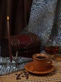Noch Leben. Kaffee, Kerze, alkoholisches Getränk. Stockfoto