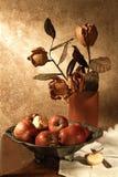Noch Leben mit Äpfeln und Blumen Lizenzfreie Stockfotos