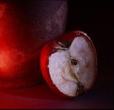 Noch Leben mit Apfel, gemalter Leuchtepinsel Lizenzfreie Stockfotos
