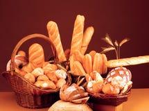 Noch Leben mit Brot, Rollen und Stangenbrot Lizenzfreies Stockfoto