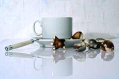 Noch Leben mit Cup und Süßigkeit Lizenzfreie Stockfotografie