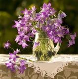 Noch Leben mit einem Blumenstrauß der Glocken Stockbilder