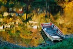 Noch Leben mit einem Boot lizenzfreies stockbild